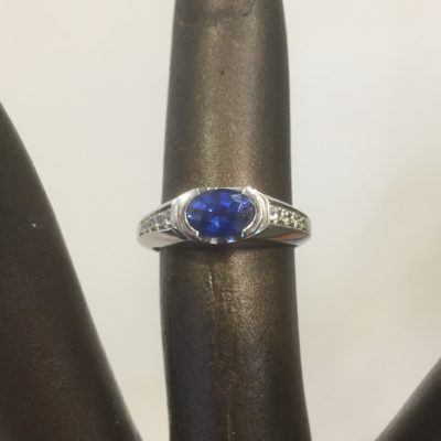 Witgouden ring saffier en diamant