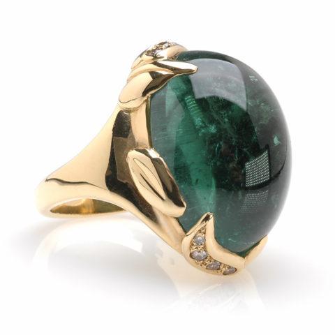 Geelgouden ring groene toermalijn schuin