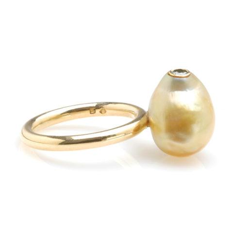 Geelgouden ring Zuidzee parel en groene diamant zij