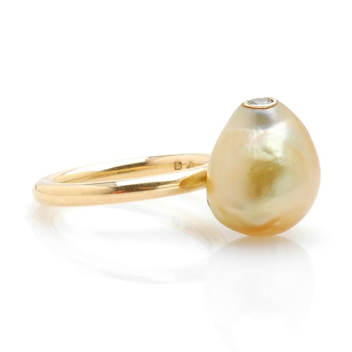 Geelgouden ring Zuidzee parel en groene diamant schuin