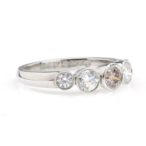 Platina ring met wit en bruine diamanten schuin