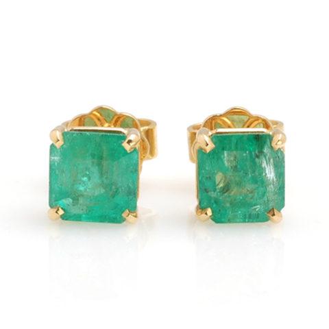 Geelgouden studs smaragd voor